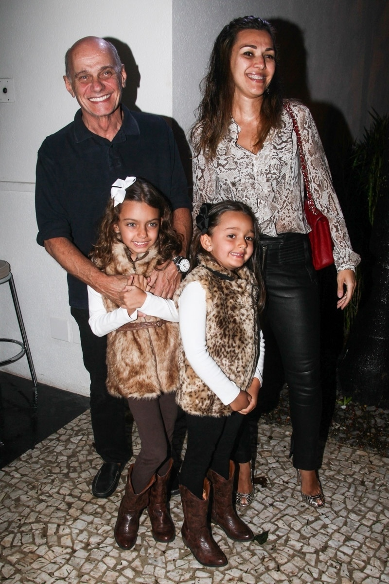 23.nov.2013 - O jornalista Ricardo Boechat com a mulher e as filhas no aniversário da jornalista Ticiana Villas Boas no Jardim Europa, em São Paulo
