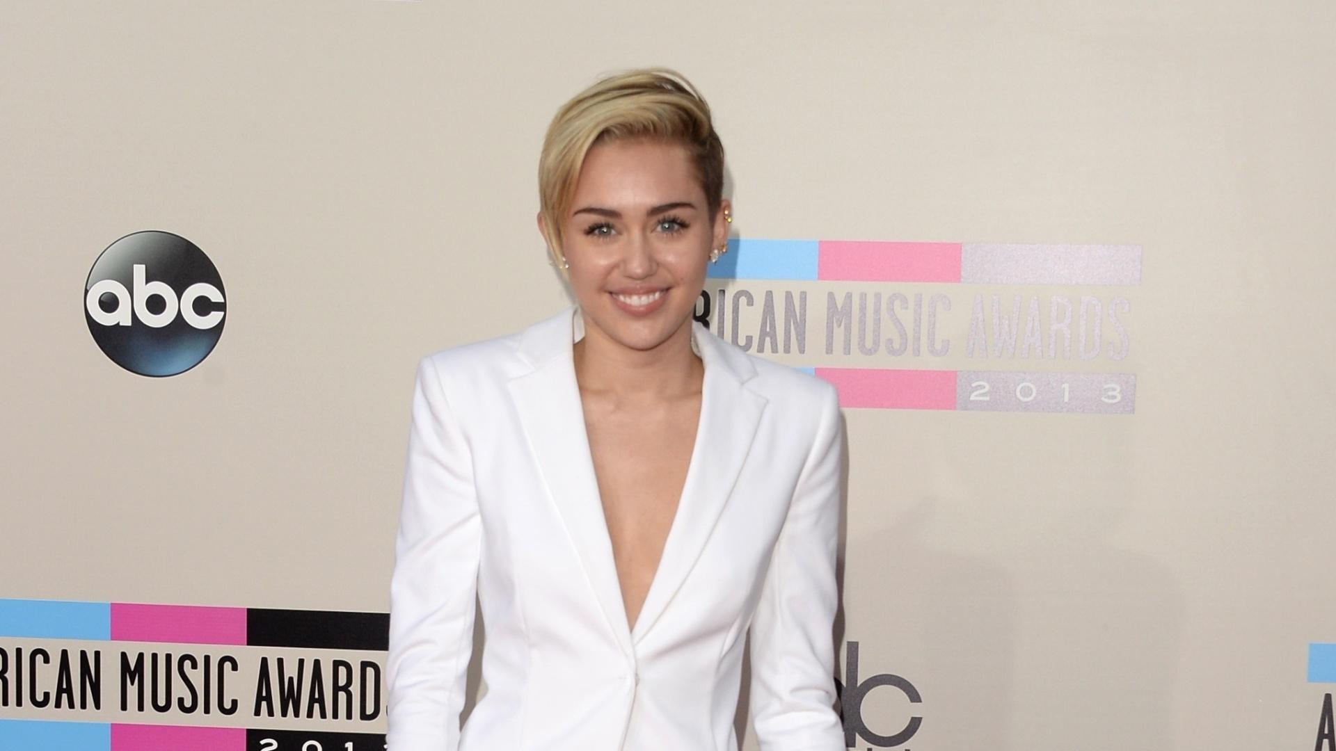 25.nov.2013 - Miley Cyrus chega ao AMA com um visual comportado