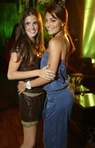 """12.nov.2006 - Deborah Secco e Juliana Paes fazem pose na festa de lançamento da novela """"Pé na Jaca"""" em São Paulo"""