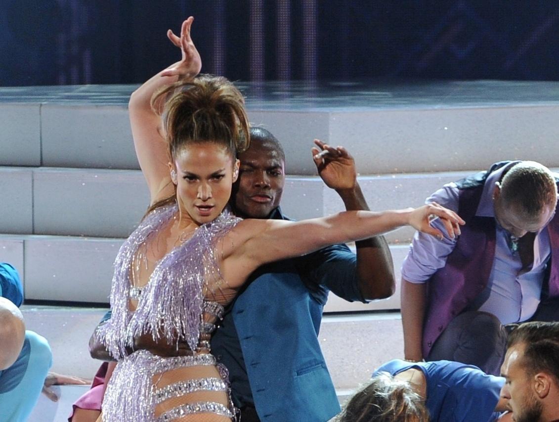 24.nov.2013 - Jennifer Lopez se apresenta no AMA 2013, em Los Angeles