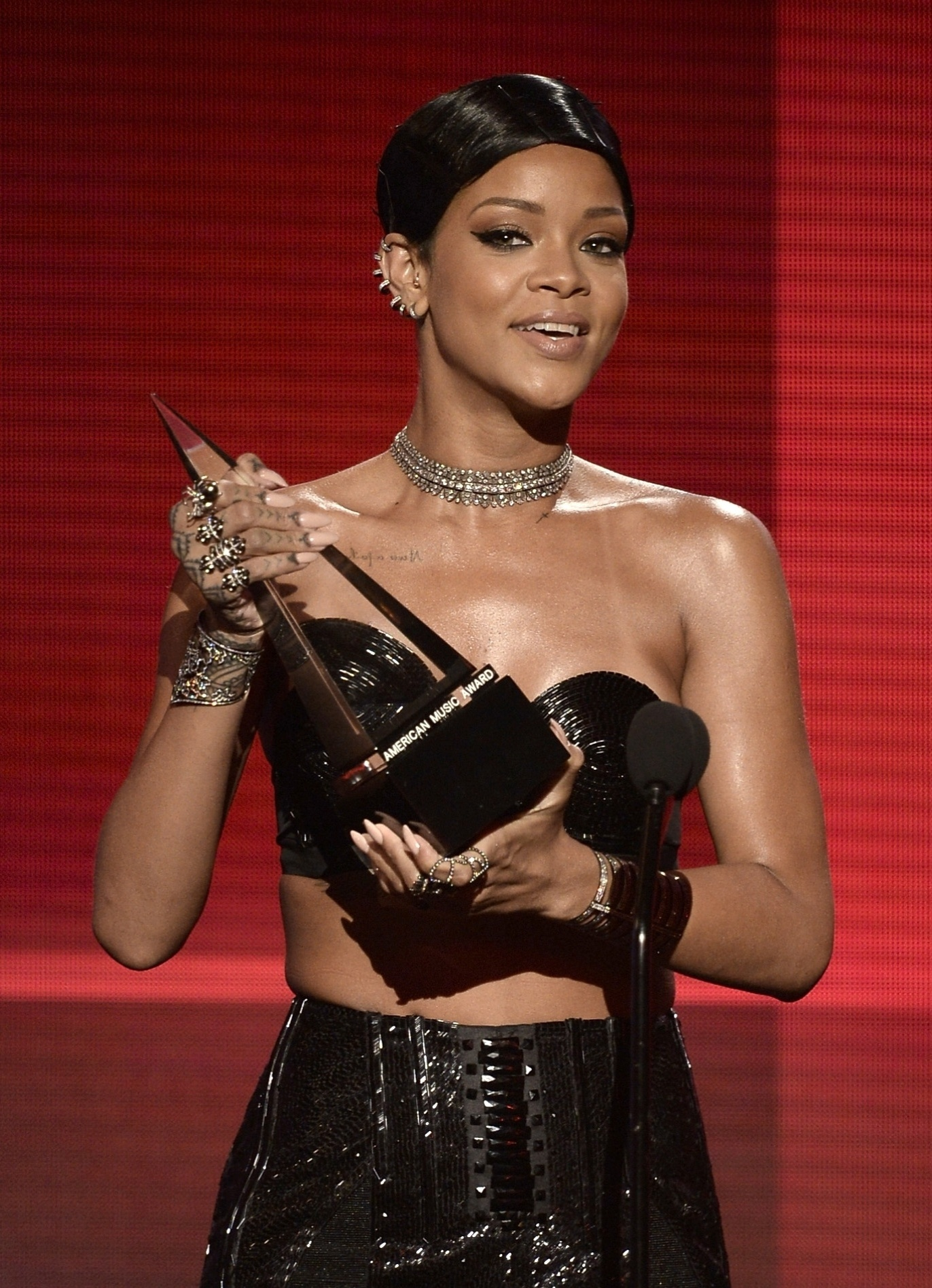 24.nov.2013 - Rihanna recebe o prêmio de melhor artista feminina de Soul/R&B no AMA 2013