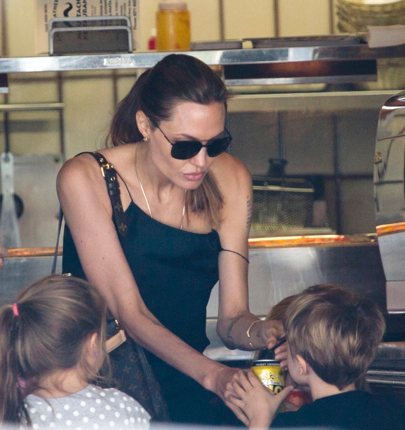 25.nov.2013 - Angelina Jolie almoça com os filhos Vivienne e Knox e amigos em restaurante em Rose Bay, Sydney