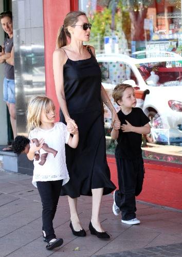 25.nov.2013 - Angelina Jolie sai de loja com os filhos Vivienne e Knox por ruas de Sydney