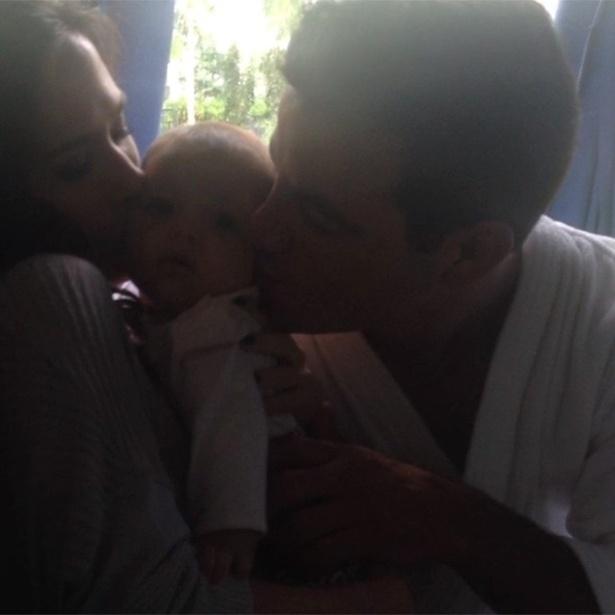 25.nov.2013 - Tatá Werneck e Anderson Di Rizzi fazem carinhos na bebê que interpreta Marijeyne, filha de seus personagens em