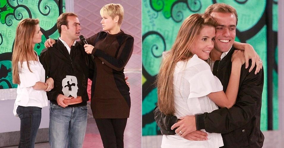 """26.nov.2009 - Deborah e Roger participam do programa """"TV Xuxa"""", e competem com o casal Fernanda Paes Leme e Thiago Martins para ver quem conhece melhor o parceiro. Deborah e Roger se casaram em junho de 2009, após dois anos de namoro"""