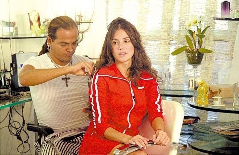 """3.11.2004 - Flavio Priscot (esq.) alonga os cabelos de Deborah Secco. A atriz muda o visual para interpretar Sol em """"América"""""""