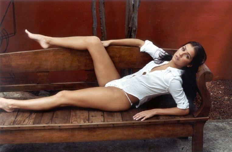 """31.dez.2001 - A atriz fotografa para o especial de Natal do site """"Paparazzo"""". As fotos sensuais não são novidade para a atriz, que posou para a Playboy em 1999"""