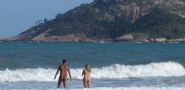 A praia de nudismo mais próxima de São Paulo é Abricó, que fica na Praia de Grumari, no Rio de Janeiro