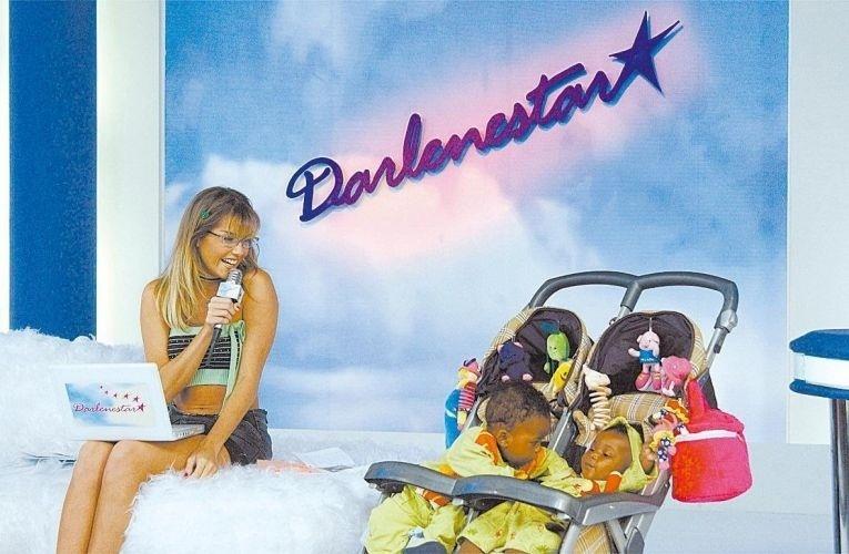 """Ainda em """"Celebridade"""", Darlene consegue um programa de televisão e apresenta com a presença de seus filhos gêmeos no palco"""