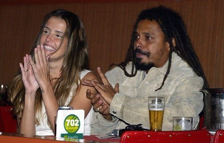 Deborah Secco começou a namorar Falcão, vocalista da banda