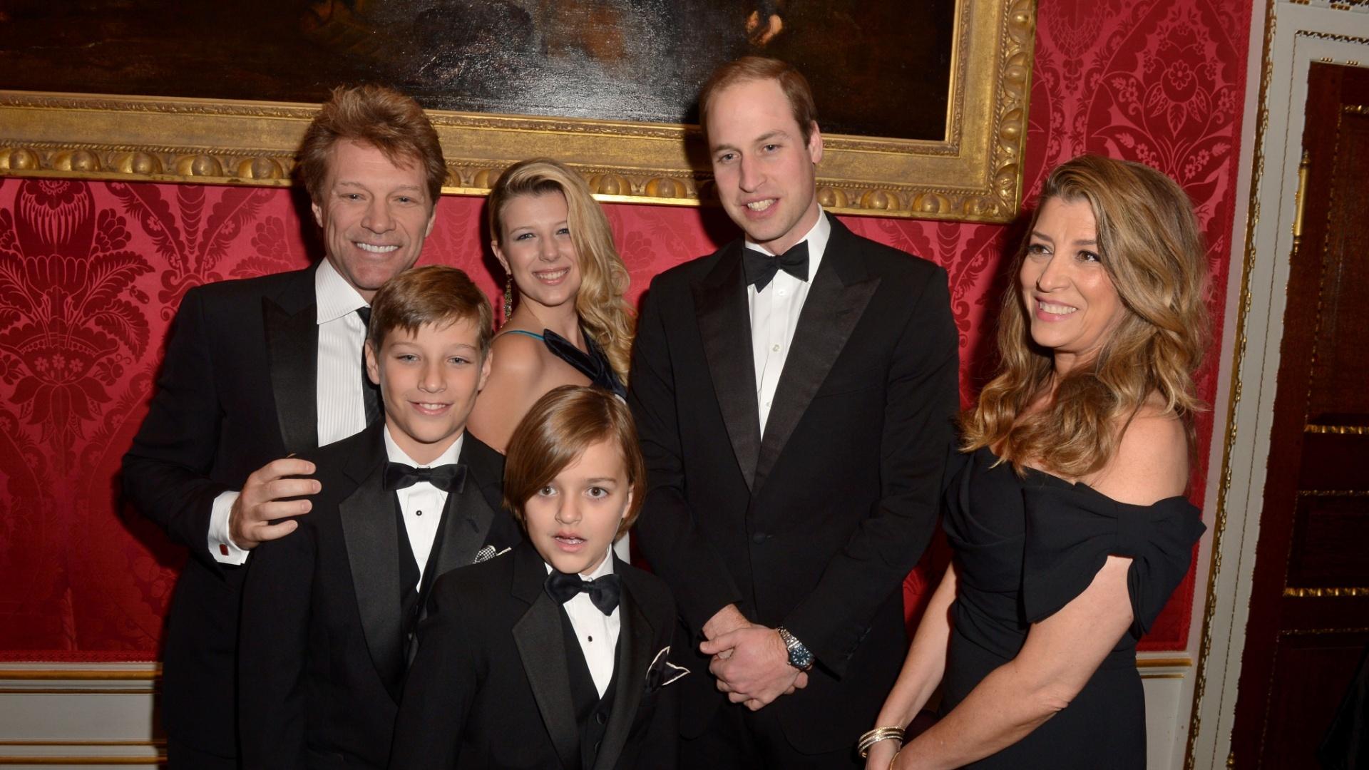 26.nov.2013 - Acompanhado da família, Bon Jovi prestigiou ao baile de gala promovido por Kate Middleton e Príncipe William