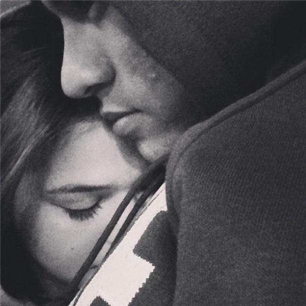 26.nov.2013 - Bruna Marquezine publica foto sua abraçada com Neymar, e diz que está com saudades do colo do namorado.