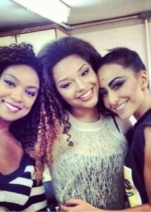 Sabrina Sato postou fotos nas redes sociais com as atrizes Chris Vianna e Juliana Alves nas gravaçoes das vinhetas do Carnaval 2014 da Globo
