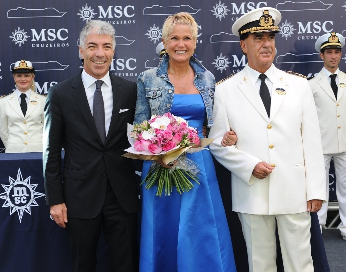 26.nov.2013 - Xuxa prestigiou a inauguração de um navio de cruzeiro no Porto de Santos, em São Paulo