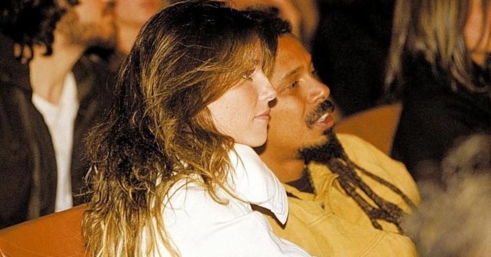 """Deborah e Falcão namoraram por dois anos e chegaram a ficar noivos. Por amor ao vocalista de O Rappa, a atriz tatuou a frase """"Falcão, amor verdadeiro, amor eterno"""" em seu pé direito (6/10/2004)"""