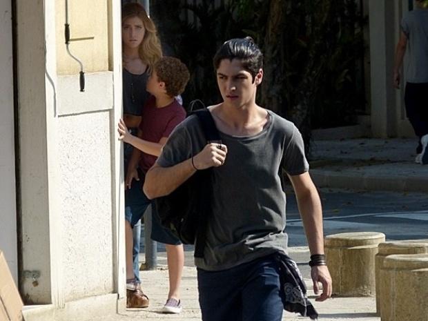 """Em """"Malhação"""", Sofia e Pedro seguem Antonio e ouvem explosão"""