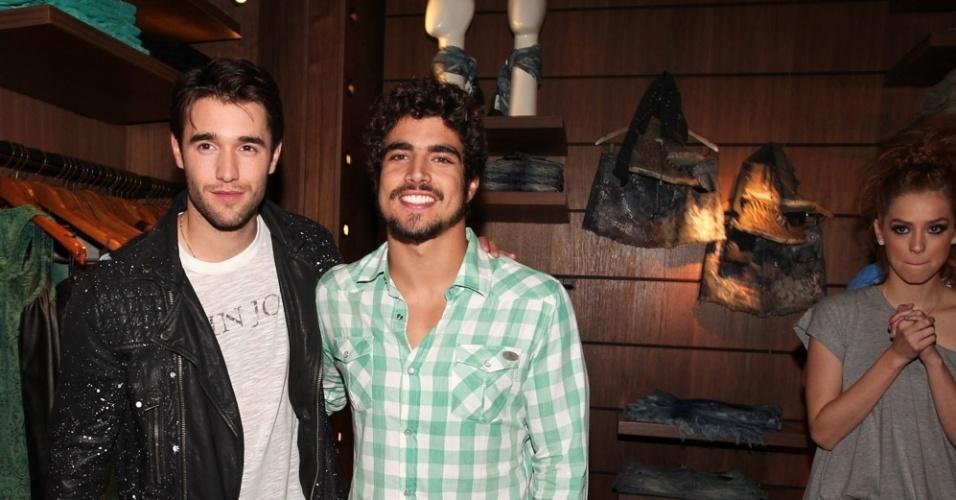 """26.nov.2013 - Ator Joshua Bowman, o Daniel da série """"Revenge"""", posa com o ator Caio Castro em festa na cidade de São Paulo"""