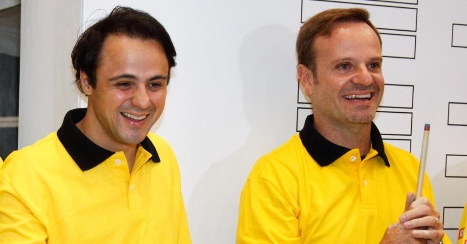 26.nov.2013 - Felipe Massa e Rubinho Barrichello se divertem no torceio de sinuca organizado por Otávio Mesquita