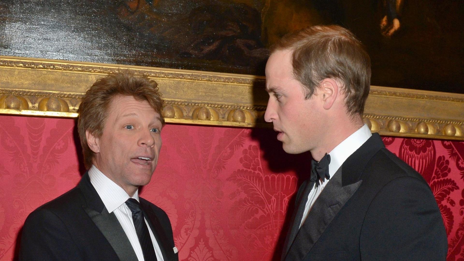 26.nov.2013 - Príncipe William conversa com o cantor Jon Bon Jovi durante evento de caridade. O Duque de Cambridge cantou a música