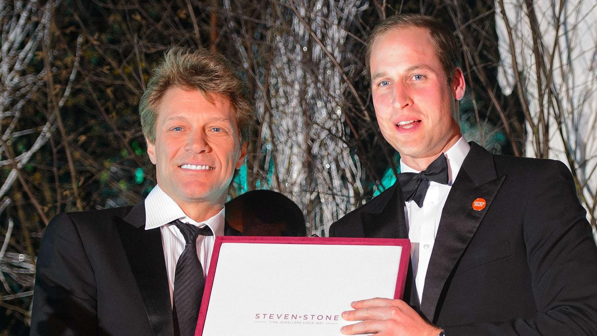 26.nov.2013 - Príncipe William entrega ao cantor Jon Bon Jovi o prêmio Great Britain Youth Inspiration Award durante evento de caridade. O Duque de Cambridge cantou com o artista e com Taylor Swift durante o jantar de gala