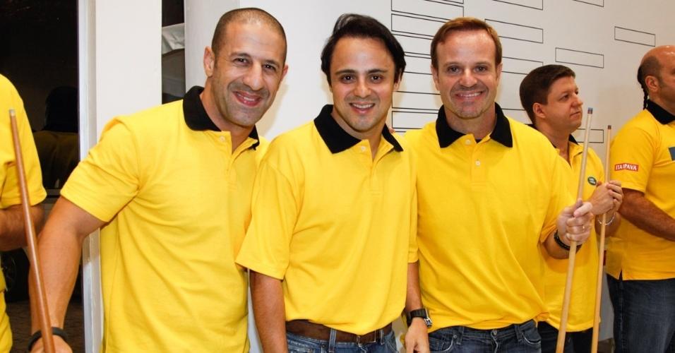 26.nov.2013 - Tony Kanaan, Rubinho Barrichello e Felipe Massa posam juntos no torneio de sinuca