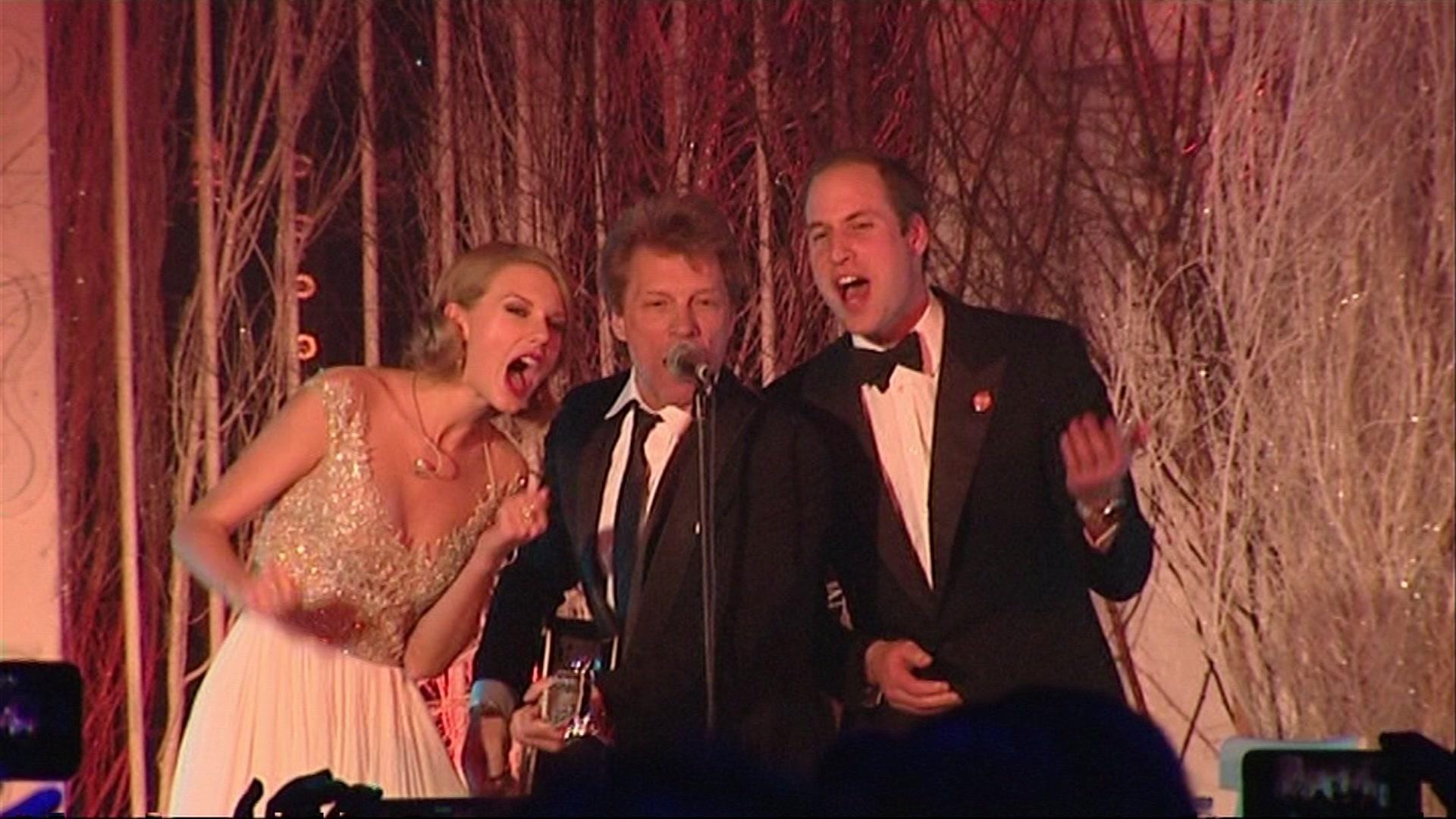 27.nov.2013 - Taylor Swift, Jon Bon Jovi e Príncipe William cantam juntos em evento beneficente em Londres