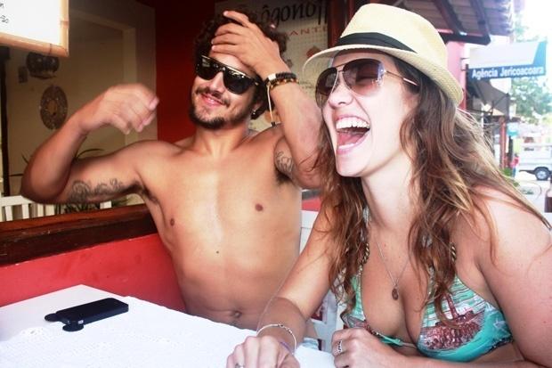 4.ago.2012 - Caio Castro e Carolina Caetano Bianchi em Jijoca de Jericoacoara