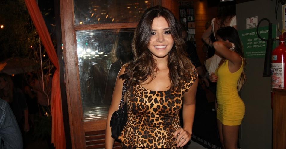 27.nov.2013 - De vestido de oncinha, a atriz Giovanna Lancellotti comparece ao aniversário de um bar em Ipanema, no Rio de Janeiro