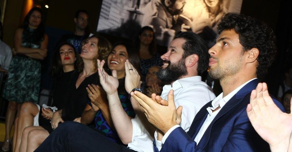 """28.nov.2013 - Elenco aplaude a exibição do teaser da minissérie """"Amores Roubados"""", que estreia em janeiro na TV Globo"""