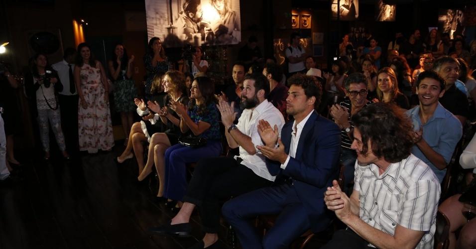 """28.nov.2013 - Elenco e imprensa assistem a apresentação da minissérie """"Amores Roubados"""""""
