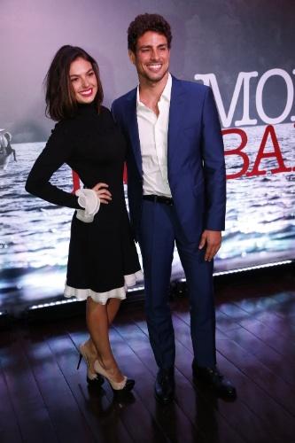 """28.nov.2013 - Isis Valverde e Cauã Reymond posam juntos na apresentação da minissérie """"Amores Roubados"""""""