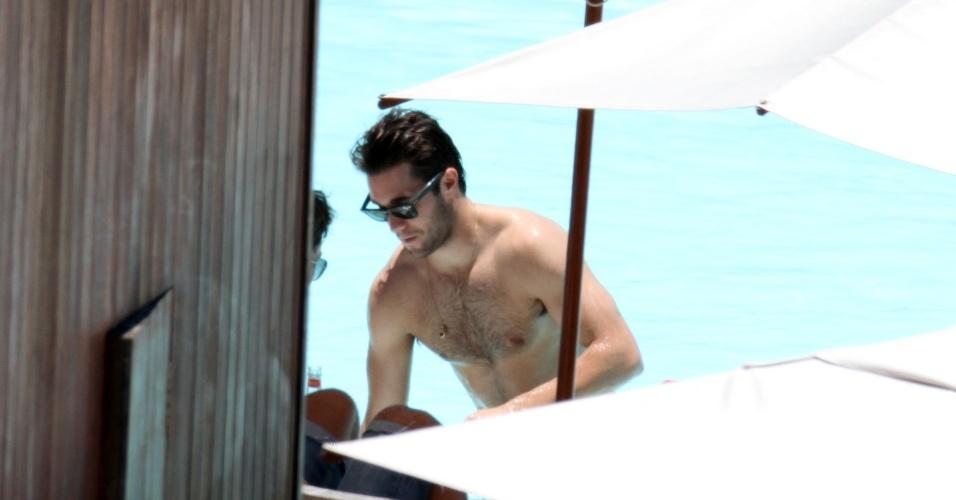 """28.nov.2013 - O ator Joshua Bowman, da série """"Revenge"""", aproveita o dia ensolorado no Rio e curte a piscina do hotel em que está hospedado"""