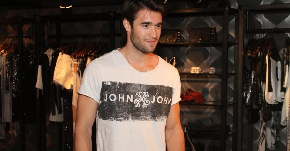 """28.nov.2013 - O ator Joshua Bowman, da série """"Revenge"""", participa de ação de grife de jeans em loja do Shopping Leblon, Rio de Janeiro"""