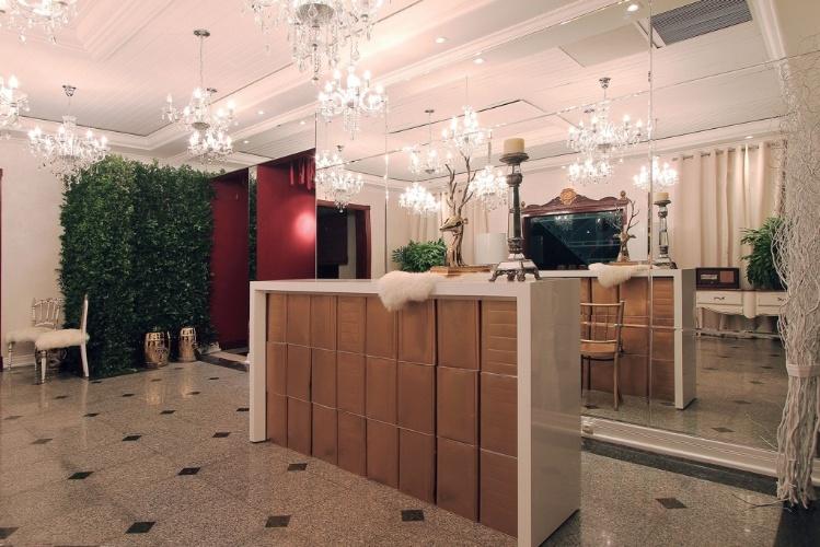 jardim vertical goiania:Canale, tem superfícies revestidas por espelhos e um jardim vertical