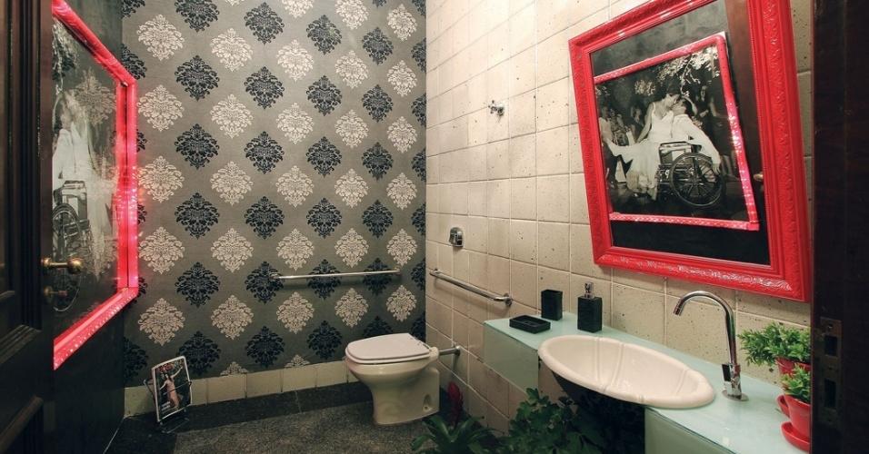 O Banheiro Acessível, assinado por Mayara Santos, combina cerâmicas ao papel de parede adamascado em seu revestimento. A mostra Morar Mais por Menos Campo Grande segue em cartaz até dia 15 de dezembro de 2013, no Rádio Clube Cidade - Rua Padre João Crippa, 1280, na capital sul-mato-grossense