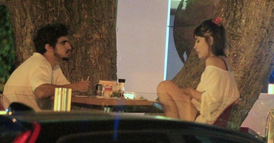 28.nov.2013 - Caio Castro sai para jantar e beija Maria Casadevall na Barra da Tijuca, Rio de Janeiro