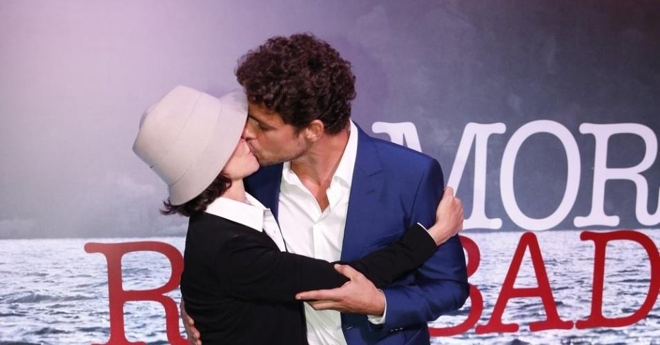 """28.nov.2013 - Cássia Kiss e Cauã Reymond posam juntos na apresentação da minissérie """"Amores Roubados"""""""
