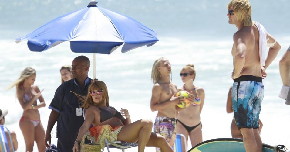 29.nov.2013 - Com peruca loira, Marcelo Serrado grava com Fernanda Souza na praia do Recreio dos Bandeirantes, no Rio de Janeiro. Os dois atores estão trabalhando nas gravações de