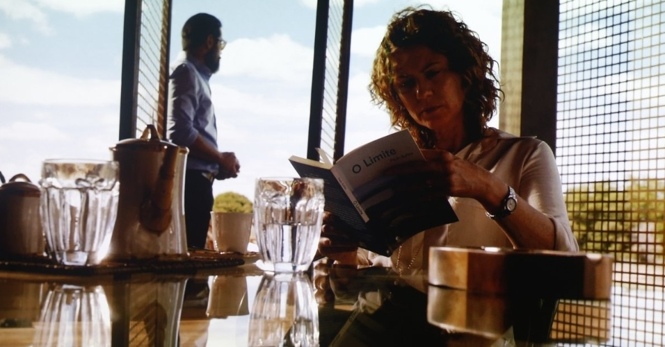 """29.nov.2013 - Em """"Amores Roubados"""", Patrícia Pillar e Murilo Benício são Isabel e Jaime. Casados, os dois são pais de Antônia (Isis Valverde). Ela se envolve com Leandro (Cauã Reymond) e o marido passa a desconfiar de sua infidelidade"""