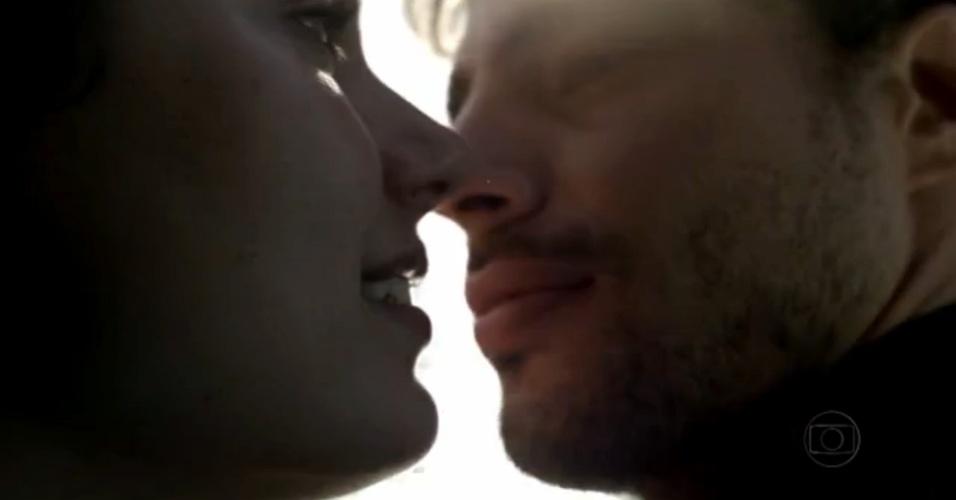 """29.nov.2013 - Isis Valverde e Cauã Reymond em cena da minissérie """"Amores Roubados"""""""
