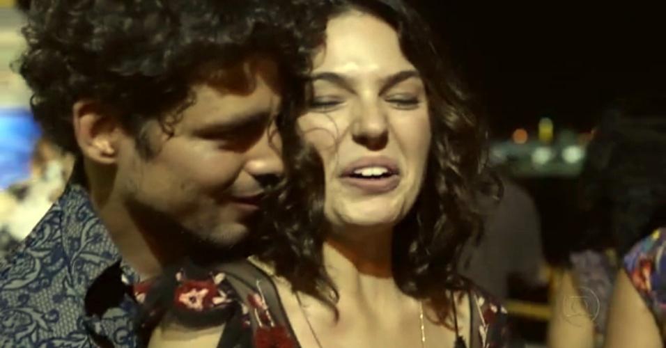 """29.nov.2013 - Isis Valverde em cena da minissérie """"Amores Roubados"""""""