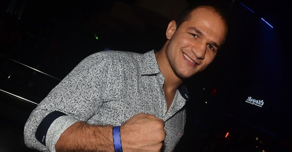01.dez.2013 - Junior Cigano curte boate em São Paulo. Acompanhado de amigos, o lutador de MMA esteve na Brook's, na madrugada deste domingo (1),