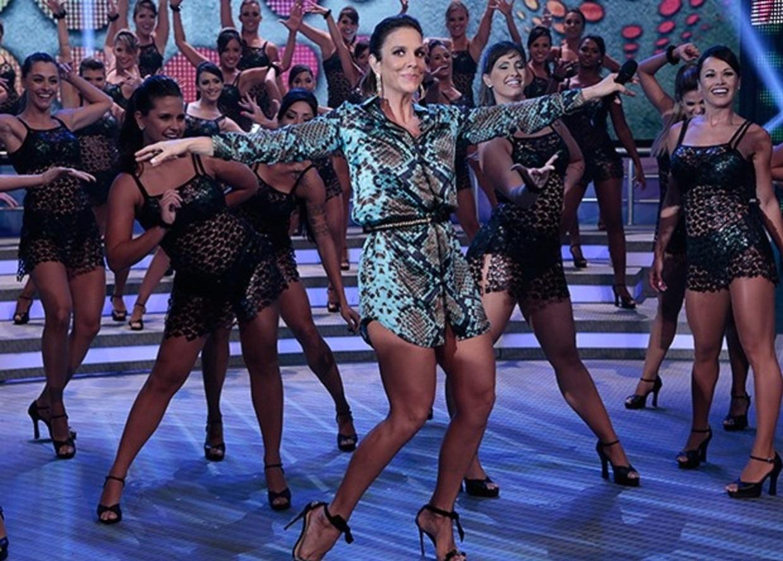 1.dez.2013 - Ivete Sangalo se apresentado no palco do