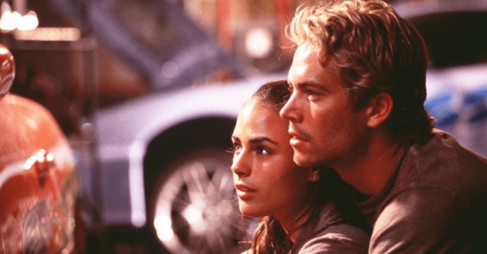 """O ator Paul Walker como o policial Brian e a atriz Jordana Brewster como Mia no primeiro filme de """"Velozes e Furiosos"""""""