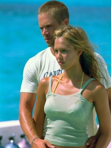 """O ator Paul Walker e a atriz Jessica Alba em cena do filme """"Mergulho Radical"""" (2005)"""