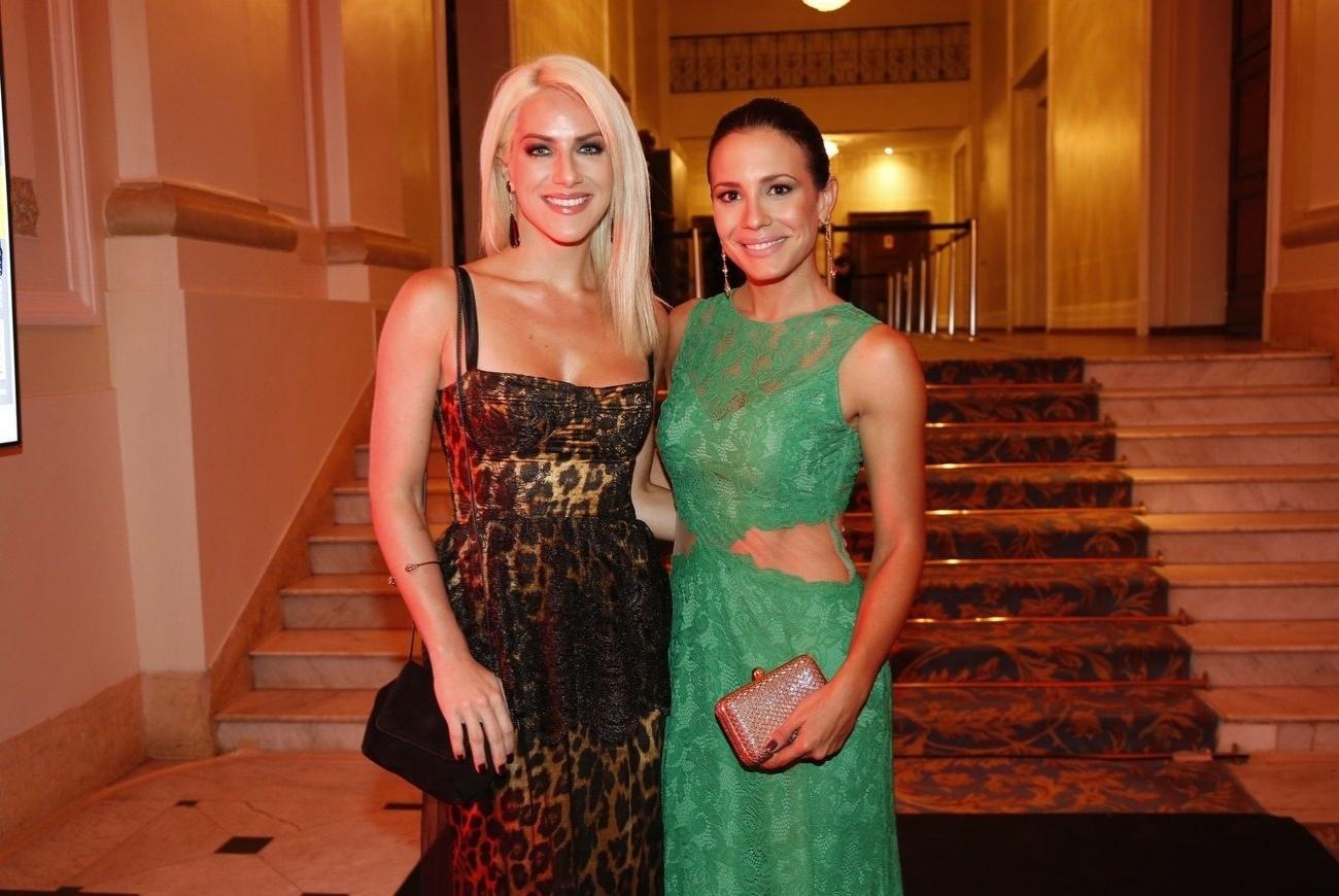 2.dez.2013- As belas atrizes Giovana Ewbank e Juliana Knust prestigiam premiação no Rio