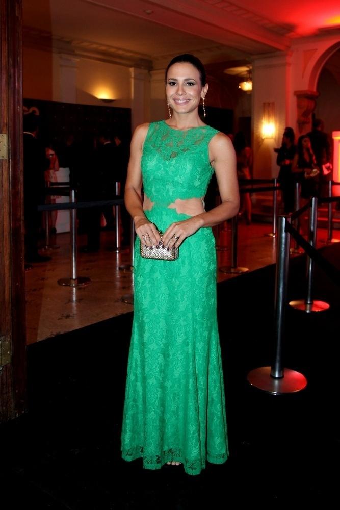 2.dez.2013- Juliana Knust escolheu um vestido verde com renda e transparência para a festa da revista