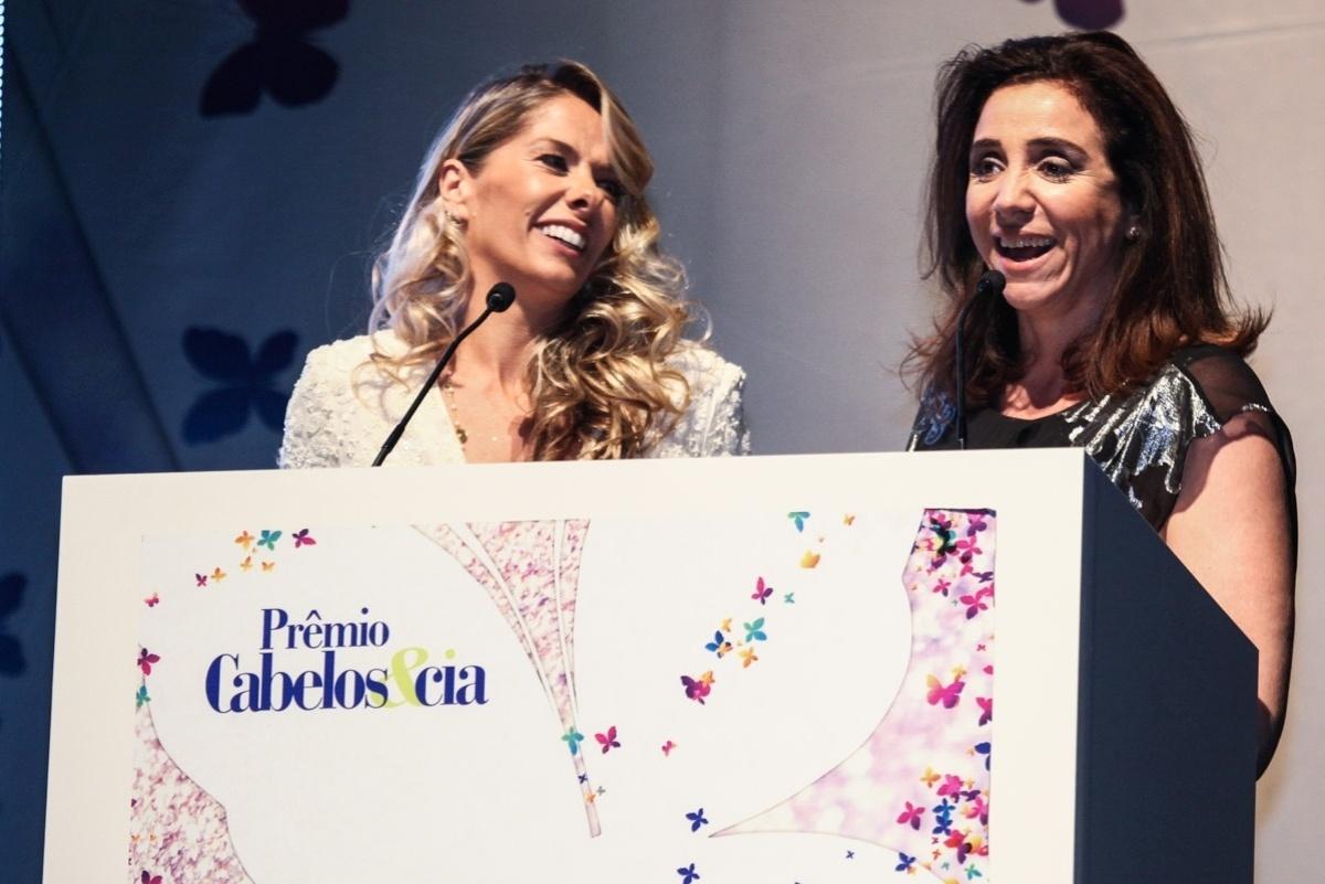 2.dez.2013 - Adriane Galisteu e Marisa Orth prestigiam a 4ª edição do prêmio Cabelos & CIA, que prestigia os profissionais, as instituições e as iniciativas que mais se destacaram no mercado brasileiro de beleza. O evento aconteceu no Shopping Bourbon, em São Paulo.