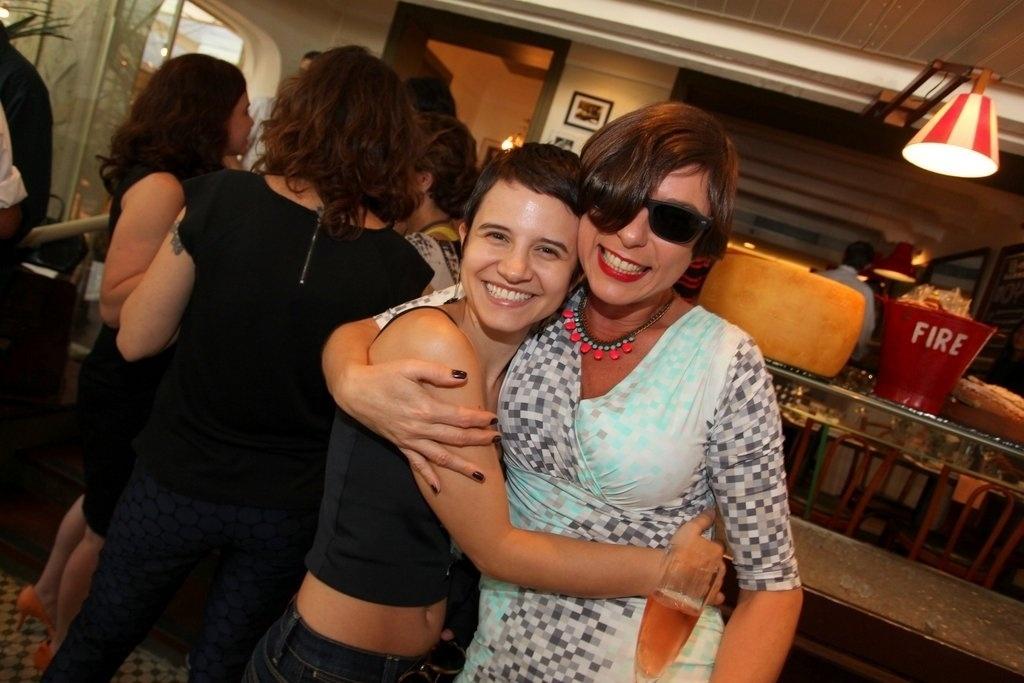 Bianca Comparato e Maria Paula posam abraçadas