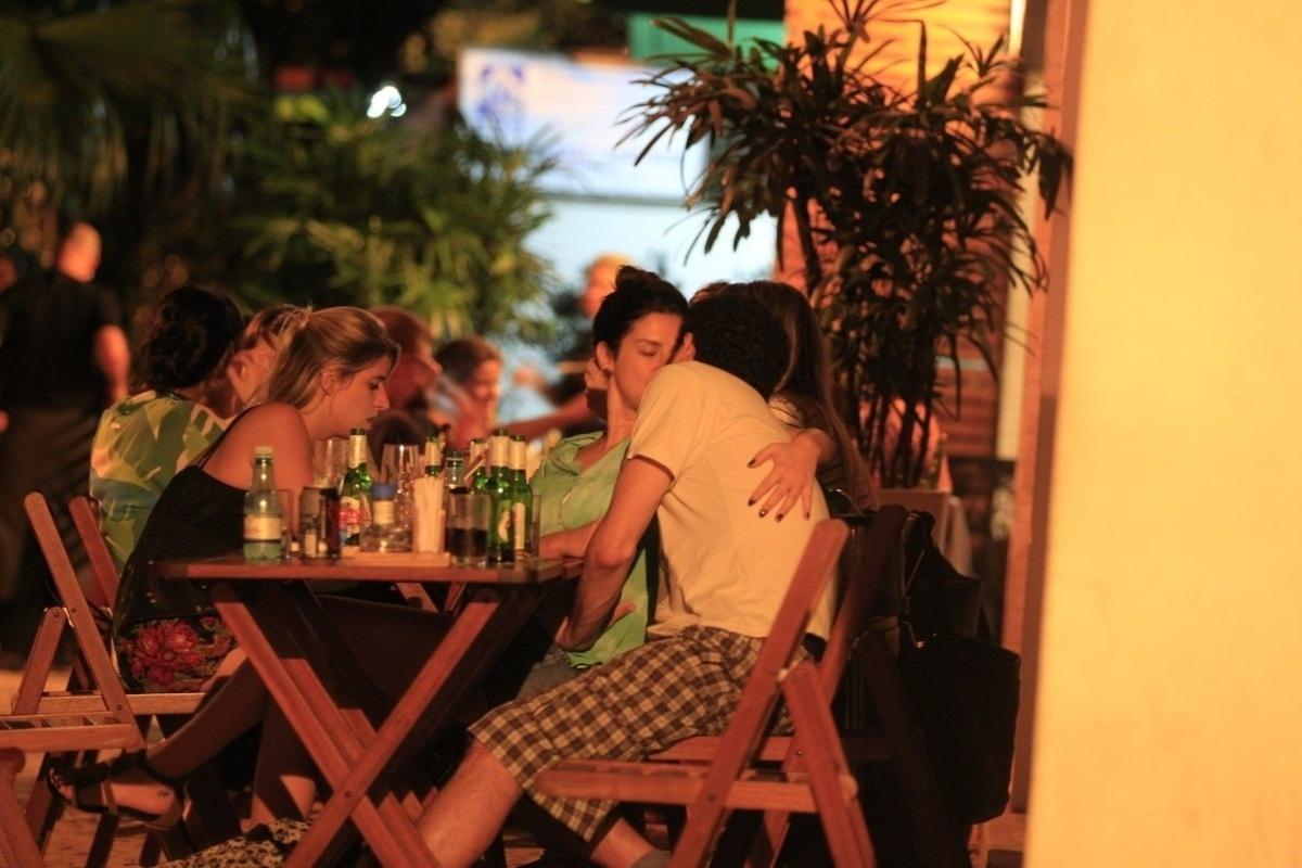 3.dez.2013 - Fernanda Paes Leme beija Rafael Queiroga em lanchonete na zona sul do Rio de Janeiro
